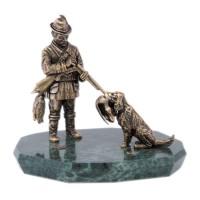 Скульптура Охотник с собакой на камне бронза