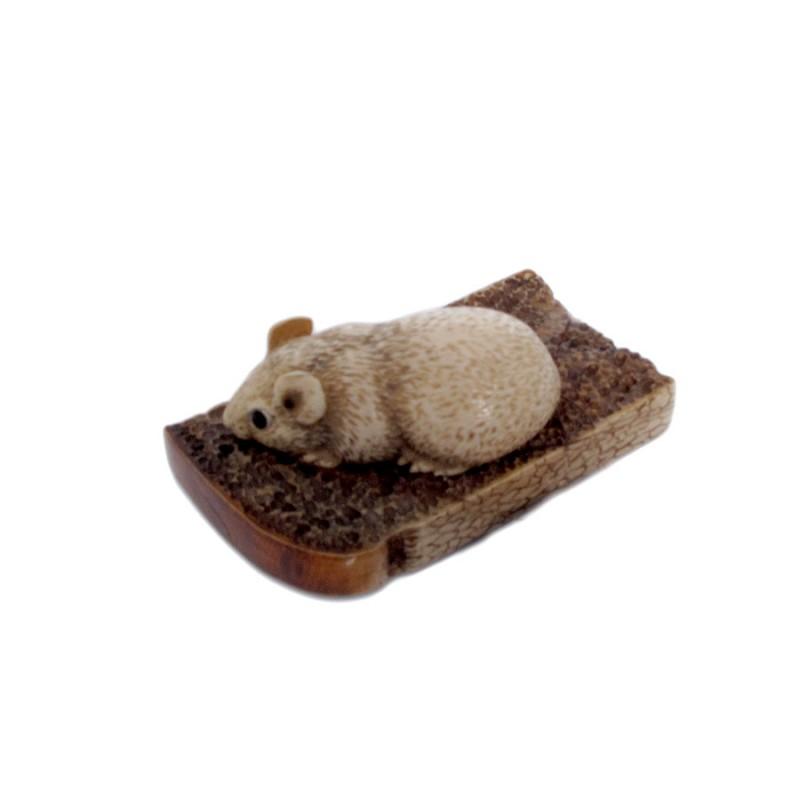 Скульптура из кости Мышь на хлебе скульптура из кости мишка мал